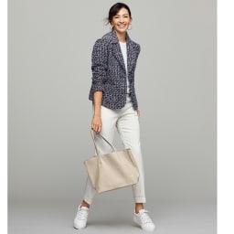 フランス素材 ファンシーツイード テーラード ジャケット コーディネート例 /白を合わせてファンシーツイードをスポーティに。ボディラインを程良くカバーするテーパードシルエットのデニムパンツのダブルの裾が利いています。