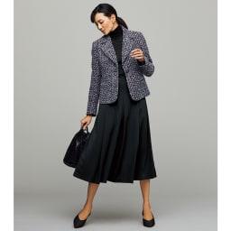 フランス素材 ファンシーツイード テーラード ジャケット コーディネート例 /ジャケットとタック入りのフレアースカートで、王道のレディスタイルに。インナーとボトムをブラックで統一し、ジャケットの魅力を引き立てます。