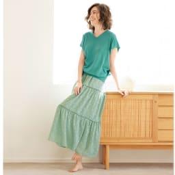 カットボイル ティアード スカート コーディネート例 /同系色でまとめたコーディネートは、色のトーンや素材感の違いでメリハリを出すのが成功のカギ。