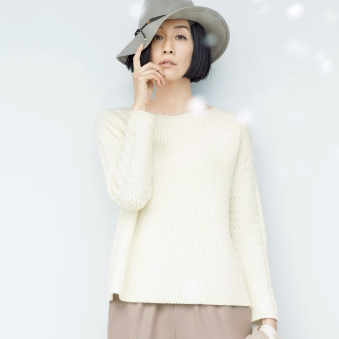 カシミヤ 片畦編み 袖ケーブル デザイン プルオーバー (ア)オフホワイト 着用例