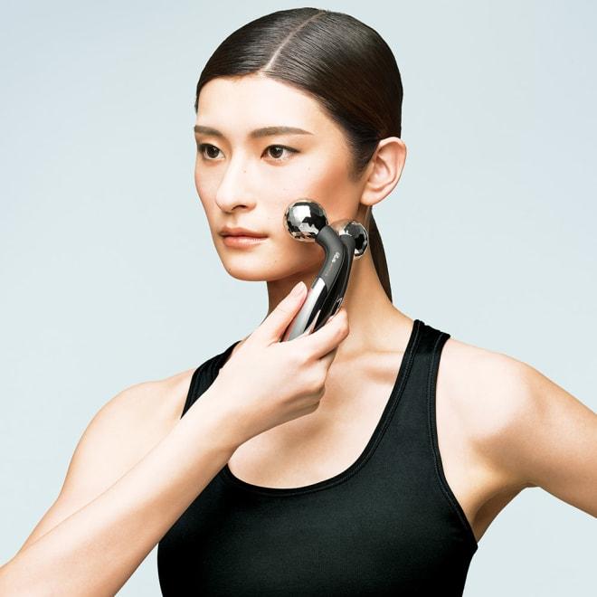 ReFa/リファ プラチナ電子ローラー(R) リファアクティブフィット 顔や身体の複雑な起伏にフィットする、独自のサイズ設計で、フェイス&ボディの肌をすこやかに整えます。