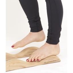 アーチドクターAQミニ 縦アーチほぐし 親指からかかとに続く骨に体重をかけ、膝を軽く曲げて足踏み。縦のラインをほぐします。人さし指~小指も同様に。