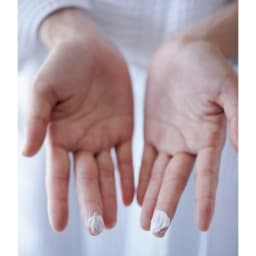 TSUDA SETSUKO スキンバリアバーム 18g 成分と製法にこだわった結果、バームのテクスチャーはとてもユニーク。1回の使用量はごくわずかでOK。中指にとり、両指で少し練ってから顔に少しずつ置き、ていねいになじませて。