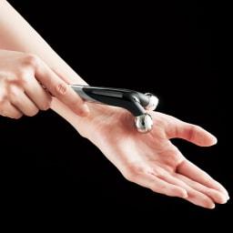 ReFa/リファ プラチナ電子ローラー(R) ReFa ACTIVE DIGIT (リファアクティブディジット) 手首の内側から親指にかけてほぐすようにローリング。