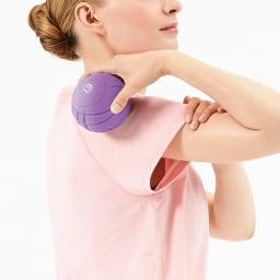 DOCTOR AIR/ドクターエア 3D コンディショニングボールスマート 全身を細部からケアして 肩周りに軽く当てることで、気持ちよくリリースを。同梱の袋に入れれば、背中のケアも楽々。