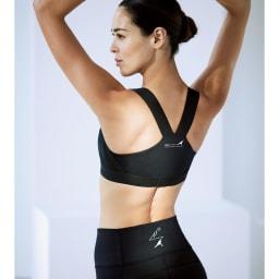 美姿勢ウェア Right Fit トップス ショート ココが違う! 筋肉を外旋方向へリフトアップする設計。自ら腹筋を使う動きを促すセパレートタイプ。