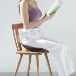バックジョイ メディコアリリーフ レギュラー (イ)ワインレッド  コツは、お尻と座面に隙間ができないよう深い位置に座ること。すっぽりとお尻がフィットするので安定感ある座り心地です。