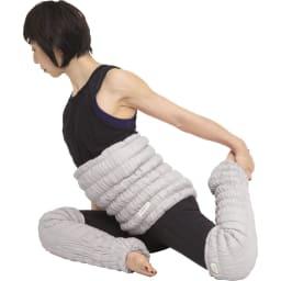 イオンドクター ボタニカルカラー ロングレッグウォーマー 2本組 寝る前のストレッチ ももの前を伸ばす 膝を曲げて座り、左足を後ろに伸ばして左手でつま先を持ちます。息を大きく吸って吐きながら、左ももの前を伸ばします。反対側も同様に行います。