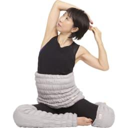 イオンドクター ボタニカルカラー ウエストウォーマー 寝る前のストレッチ ひじから体側を伸ばす 横座りになり、右手のひらを上に向け、頭の後ろで左手をにぎります。息を大きく吸って吐きながら、左手で右手を引っ張り、右の体側を伸ばします。反対も同様に。