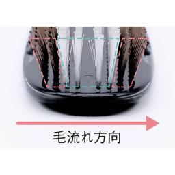 スカルプブラシ キュア 浸透を高めるために計算されたブラシ 外側2列で髪を小分けにし、中央4列の極細ピンでトリートメントを均一に塗布。外側2列で圧をかけて浸透させる。