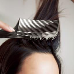 ラブクロム PG ナミ プレミアムブラック すーっとなめらかにコーミング 『ナミ』の背面を使えば、ボリュームがほしいパーツの逆毛スタイリングも可能。根元がぺたんこになりやすい細毛もふんわり。ダメージレスに挑戦できます。