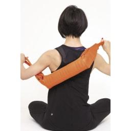 DOCTOR AIR/ドクターエア 3Dマッサージロール MR-001 背中 背中を洗う時のように斜めに持ち、肩甲骨の内側から腰の手前をブルブル。手の届かないところもほぐせるのがミニサイズの良いところ。