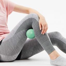 DOCTOR AIR/ドクターエア 3D コンディショニングボールスマート 全身を細部からケアして 膝裏にボールを入れ、軽く曲げて、少しずつずらせば、膝周りもていねいにケアできます。