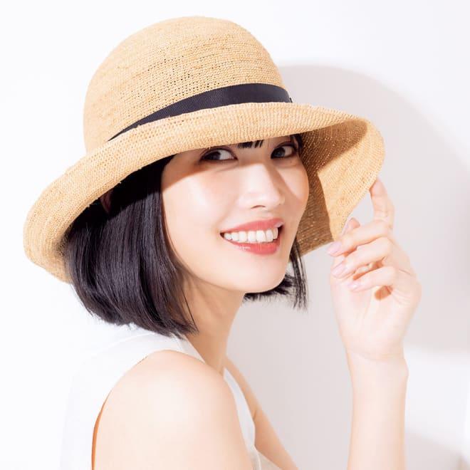 ラフィア帽 コーディネート例 顔がキレイに見える角度につばの角度を自由に調整。