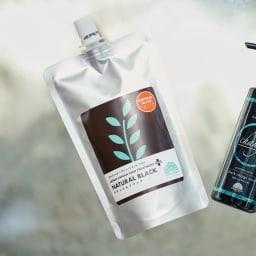 ジャパンヘナ ヘアトリートメントプラス(200g)2本組 ヘナパウダーをペースト状にしているので、すぐに使えて便利。黒チェンジリンスは、染める際ヘアトリートメントプラスに混ぜると髪への保護力アップに。リンスとして使えば、色の安定と、ゴワつきを抑え、サラッと艶やかな黒髪に。