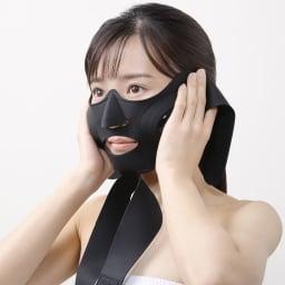 メディリフトアクア 3Dウェアラブル EMS美顔器 ヤーマン  [HOW TO USE メディリフトの使い方] 1.化粧水で肌を整え、シリコーンマスクの鼻と口の位置を顔に合わせます。