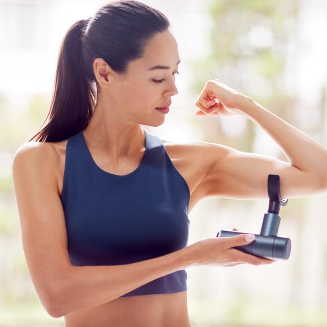 プラチナボディトリガー 肩や腰、脚などツラい部位に当てると振動で筋肉にアタック!普段のストレッチに取り入れることで、固まって動きにくい筋肉が緩んで、動きやすくなります。