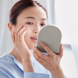 KOBAKO コスメティックミラー 等倍鏡は顔全体のバランスや印象のチェックに、拡大鏡は細部のチェックにと使い分けて。
