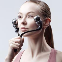SIXPAD/シックスパッド フェイシャルローラー [チークラインストレッチ] 緩みがちな両頬の筋肉には、ローラーを上向きに変えてアプローチ。コロコロと転がすだけで両頬を同時にケアでき、バランス良く頬周りを押し流します。 ・STEP 3 耳の横で止める
