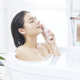 ミーゼ スカルプリフト 防滴仕様(IPX5)だからお風呂でのケアも可能。頭皮や身体が温まった状態でケアすることでより効果的に。シャンプーやトリートメントをしながらのご使用も可能です。※中にしずめたり、流水を3分以上あて続けないでください。また、浴室では充電はしないでください。