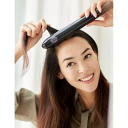 ブラシ型ヘアアイロン DAFNI muse/ダフニ ミューズ            小回りがきくスリムなボディ&髪のキャッチ力で、短い髪も簡単スタイリング。