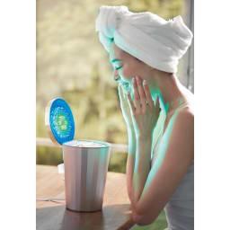 フォトスチーマー│ヤーマン YA-MAN  化粧水の冷ミスト化も! 手持ちの化粧水を入れれば、青と緑の2色と共にケアできます。