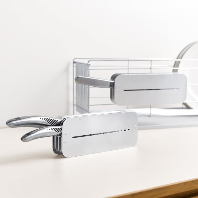水切りカゴに引っ掛けても使える2ウェイ包丁ホルダー ナイフスタンド 後ろのようにお手持ちの水切りカゴにつけて使用したり、手前のように単独で置いて使用するのも可能です。
