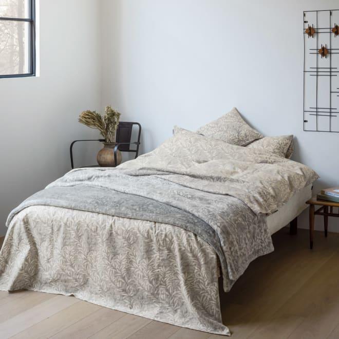 ピュア・モリス リバーシブル毛布〈ピュアいちご泥棒〉 約140×200cm コーディネート例(ア)グレー ※お届けはリバーシブル毛布です。