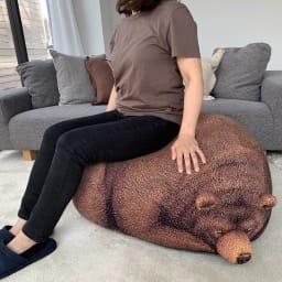 クマのビーズクッション 大 大人の女性が座るとこんな感じです