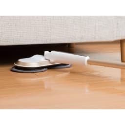 コードレス回転モップクリーナーNEO フラットになるのでソファやベッド、家具の下もラクにお掃除できます。