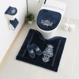 クラッシーデコトイレタリー トイレマット(単品) [コーディネート例] (イ)ネイビー ※お届けはトイレマットです。