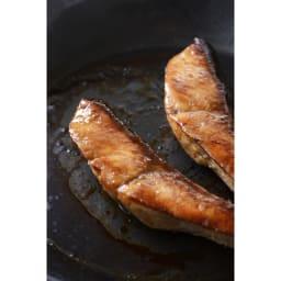 有元葉子の鉄のフライパン 片手径18cm 油なじみがよくこびり付きにくいので難しい皮付きの魚もきれいに焼けます。