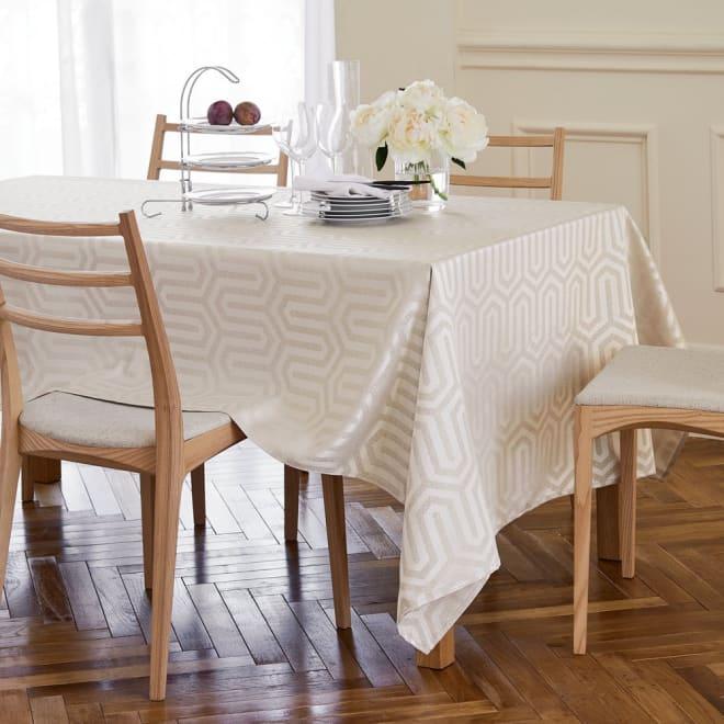 汚れが落としやすい加工のジャカード織テーブルクロス [コーディネート例] 150×250cmタイプ (ア)シャンパン ※写真のテーブルサイズは幅150・奥行78・高さ72cmです。