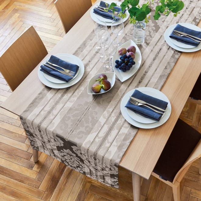 撥水加工 ジャカード織のクロスシリーズ 幅広テーブルランナー [コーディネート例] 60×240cmタイプ (イ)ライトブラウン系 ※写真のテーブルサイズは幅184・奥行92・高さ74cmです。