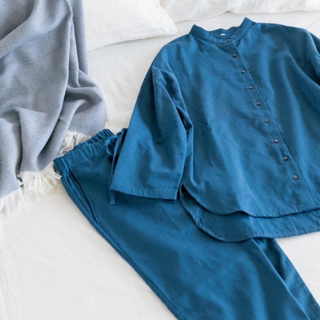 三重ガーゼのナイトウェア パジャマ (ア)レディース スタンドカラーで後ろ丈が少し長めのシャツ風デザインは、休日の部屋着としてもお使い頂けます。