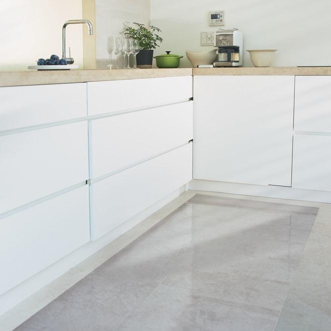 アキレス 透明キッチンフロアマット(抗菌仕様)奥行60cm 使用イメージ ※写真は幅240奥行80cmタイプです。