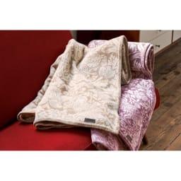 ピュア・モリス 綿毛布〈ピュアいちご泥棒〉 左から(ア)ベージュ系、(イ)ピンク系