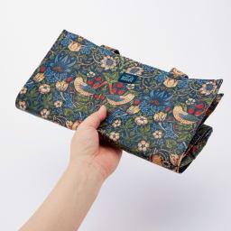 ベストオブモリス PVC加工トートバッグ (ア)いちご泥棒 コンパクトに折り畳めるので、旅行のサブバッグにも。