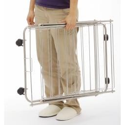 室内用たためる物干し/ハンガー 幅57高さ122cm 3段 4.3kgと軽いので、女性でも持ち運びがラク。