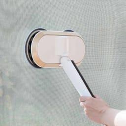 コードレス回転モップクリーナーNEO 網戸や浴室の壁、天井など多用途に活躍。柄を短くして使うことも可能。