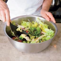 有元葉子のラバーゼ ボウル3点セット ボウルの大サイズ使用「少量のサラダも、ボウルの大であえると空気がふくまれておいしいのです」