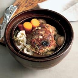 ロースト土鍋 使用イメージ 豚のかたまり肉と根菜のロースト 味付けは塩コショウ、ハーブ、ニンニク、オイルとシンプルながら驚くほど美味しいご馳走のできあがり お肉が本当に柔らかくてびっくりしますよ。