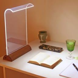 LEDデスクライト Glowide 木目タイプ 21個のLEDを内蔵し、消費電力はわずか6W。白熱電球150W相当の明るさを実現。