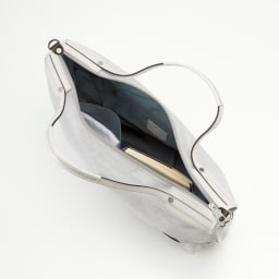 PELLE BORSA/ペレボルサ〈アライブ〉 はっ水トラベルボストンバッグ 手帳や地図などを収納できる大きめの内ポケット付きで荷物の整理もしやすい。