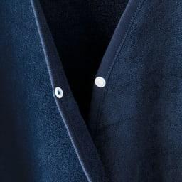 内野(ウチノ)/UCHINO さっと羽織れる レディースローブ 胸元には、はだけ防止のボタン付き。