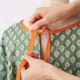 ソレイアード割烹着 SOULEIADO b.リボン部分は伸縮するゴム素材で、結んだままの着脱もラク。