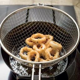 鉄の揚げ鍋3点セット カゴは両手に引っかけられる設計。二度揚げに便利です。