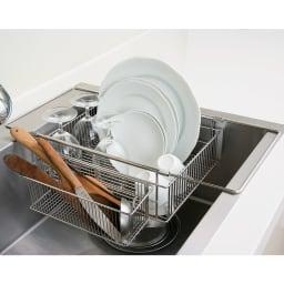 有元葉子のラバーゼ 水切り シンク内に入れて使う水切り シンクイン バスケット 包丁など洗い物が多い時は箸ポケットを本体の脇にかけると便利