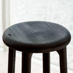 桐のスツール (イ)焼杢(やきもく) お尻の丸みにそったカーブでやさしい座り心地に。表面をバーナーで焼いた焼杢(やきもく)仕上げは少しざらっとした座り心地でマットな質感です。