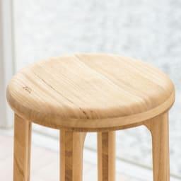 桐のスツール (ア)ナチュラル お尻の丸みにそったカーブでやさしい座り心地に。ツルツルな質感。